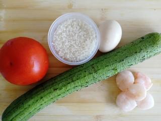 番茄丝瓜补钙粥,准备好所有食材,西红柿、丝瓜、鸡蛋各一个,大米一杯,冻虾5只