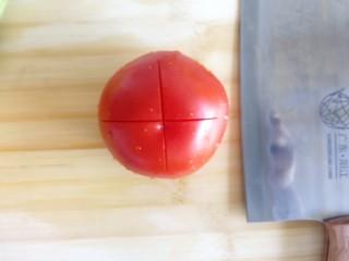 番茄丝瓜补钙粥,西红柿,切十字刀,尽量往下切一点