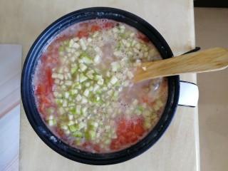 番茄丝瓜补钙粥,再次煮开后,倒入丝瓜丁,再次搅拌均匀,至滚开