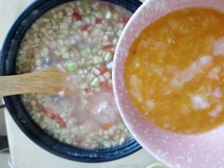 番茄丝瓜补钙粥,滚开后,关小火,倒入虾肉鸡蛋液