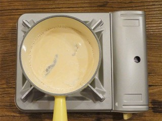 锅烧焦糖奶茶,牛奶有层奶皮后再加入茶包,三包的茶味较浓,这里注意火可以改小火了,不然很容易沸腾出来