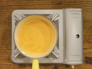 锅烧焦糖奶茶,当茶香飘出,奶茶颜色变浓后就可以关火了,然后捞出茶包,超级无敌的锅烧焦糖奶茶就做好了