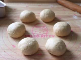 蔓越莓馅小餐包,面团分割成6等分,静置10分钟。