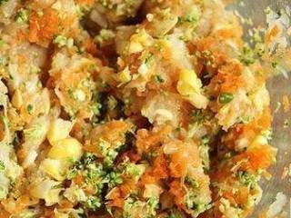 西兰花玉米鸡肉糕,把盐、蛋清、鸡肉块、胡萝卜、西蓝花、玉米粒放入料理机搅打