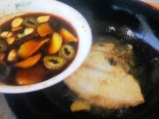 炖扁口鱼,倒入汁,倒入一碗水,炖15-20分钟,出锅