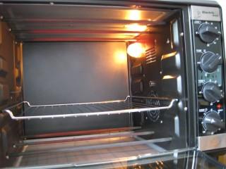 芋泥肉松泡芙,将烤盘放入烤箱,上下火180度预热