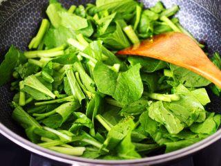 菜心红椒炒肉片,加入切段的菜心。