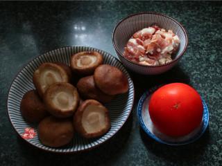 番茄蘑菇瘦肉汤,备好食材,蘑菇洗净,剪去蘑菇脚,瘦肉洗净切薄片,用碗盛起,调入盐、淀粉、搅拌均匀,腌制片刻;