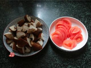 番茄蘑菇瘦肉汤,番茄洗净,刨去表皮切后薄片,蘑菇切块;