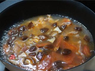 番茄蘑菇瘦肉汤,大火煮6分钟左右;