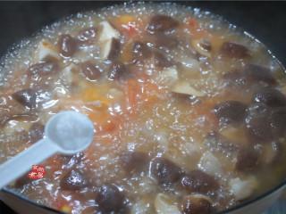 番茄蘑菇瘦肉汤,调入盐、撒点胡椒粉,搅拌均匀;