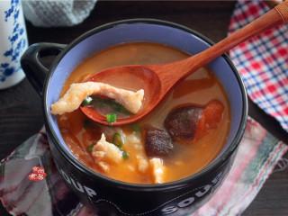 番茄蘑菇瘦肉汤,盛起,撒点葱花,即可食用。
