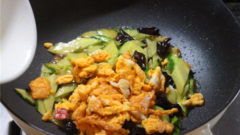 黄瓜木耳炒鸡蛋,最后倒入煎好的鸡蛋;