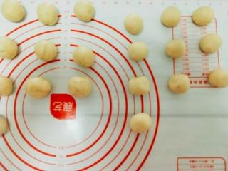 最美蛋黄酥,皮酥每份22g, 油酥每份16g ,分别搓圆