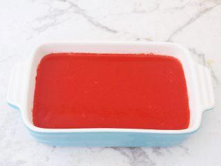 西瓜凉糕,倒入容器放晾至凝固