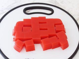 西瓜凉糕,取出切成小块