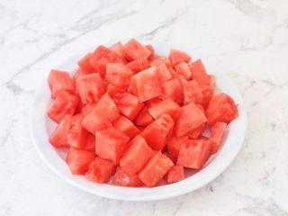 西瓜凉糕,西瓜去皮去籽取果肉500克切成小块