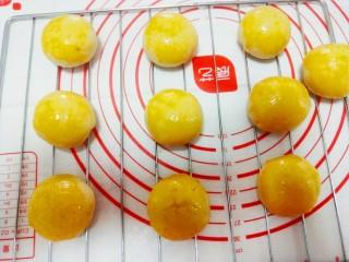最美蛋黄酥,表面刷上一层蛋黄液