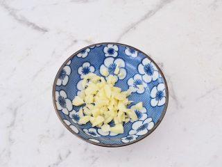青椒火腿肠炒鸡蛋,蒜切末