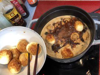 小拉家私房红烧肉 | 酱汁拌饭两碗米饭下肚 ,开锅放入煎好的鸡蛋,加水,没过食材。
