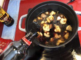 小拉家私房红烧肉 | 酱汁拌饭两碗米饭下肚 ,再加2汤匙老抽,继续小火炖20分钟。