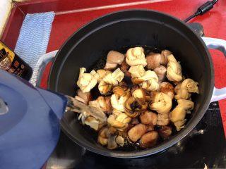 小拉家私房红烧肉 | 酱汁拌饭两碗米饭下肚 ,加水没过食材。