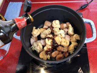 小拉家私房红烧肉 | 酱汁拌饭两碗米饭下肚 ,放入3汤匙老抽、2汤匙生抽。