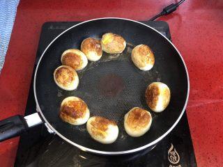小拉家私房红烧肉 | 酱汁拌饭两碗米饭下肚 ,鸡蛋煎至金黄色出锅备用。