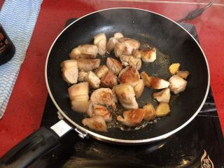 小拉家私房红烧肉 | 酱汁拌饭两碗米饭下肚 ,将五花肉煎至金黄色出锅备用。
