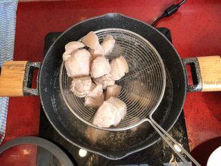 小拉家私房红烧肉 | 酱汁拌饭两碗米饭下肚 ,肉变白后捞起(大约1分钟),洗净控干水份备用。