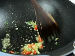虾仁这么做一盘肯定不够吃,倒入小米椒炒香。