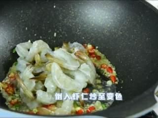 虾仁这么做一盘肯定不够吃,倒入虾仁炒至变色。