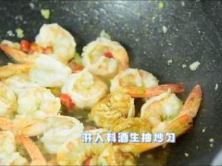 虾仁这么做一盘肯定不够吃,淋入料酒、生抽炒匀再加少许糖提味。