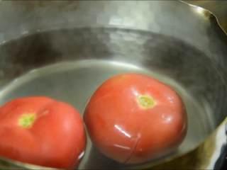 夏天吃点酸酸甜甜的才开胃,番茄划十字刀放入开水中浸泡。