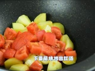 夏天吃点酸酸甜甜的才开胃,下番茄块炒出红汤。