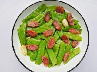 荷兰豆炒腊肠,出锅盛盘。