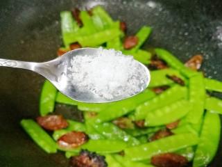 荷兰豆炒腊肠,加一勺盐。