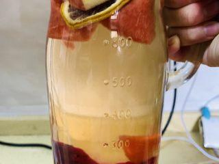 高颜值火龙果西瓜水果薄荷茶,然后加入切开火龙果丁,苹果丁,西瓜丁泡开入味,待凉却。