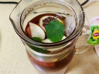 高颜值火龙果西瓜水果薄荷茶,放凉后的水果茶加入薄荷叶,因为薄荷叶开水时候加入会变色。