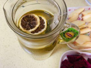 高颜值火龙果西瓜水果薄荷茶,先放入柠檬干,因为柠檬干泡软比较久。