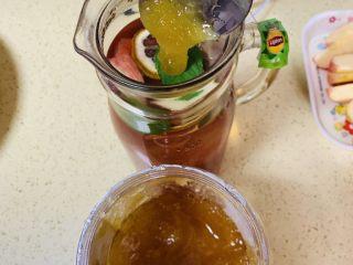 高颜值火龙果西瓜水果薄荷茶,最后加上蜂蜜搅拌均匀,放冰箱冷藏1小时。