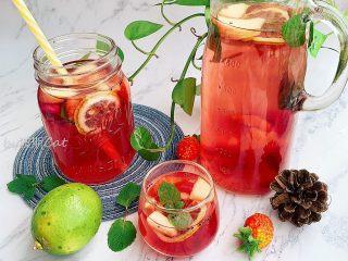 高颜值火龙果西瓜水果薄荷茶,高颜值的水果茶就可以享用了,给炎炎夏日补充维生素,带来丝丝凉意。