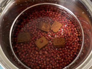 红豆椰奶西米露,洗净,放入小锅中,加入足量的水、几块红糖