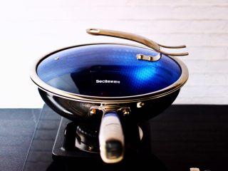 鸭腿烧双椒土豆,盖上锅盖中火炖煮10分钟。