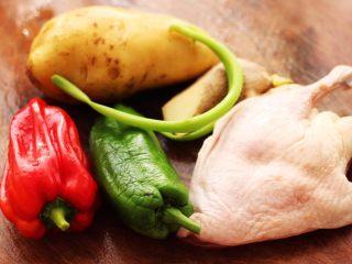 鸭腿烧双椒土豆,把食材都备齐后。