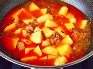 鸭腿烧双椒土豆,再放入香叶桂皮和肉桂,加入切块的土豆。