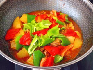鸭腿烧双椒土豆,看见锅中汤汁变浓稠时,放入青红椒。
