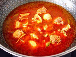 鸭腿烧双椒土豆,锅中倒入适量的清水。