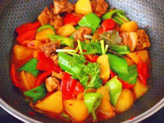 鸭腿烧双椒土豆,大火翻炒至青红椒,断生变色即可关火,撒上香菜段。