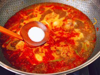 鸭腿烧双椒土豆,大火煮沸后,加入白糖和适量的盐调味。